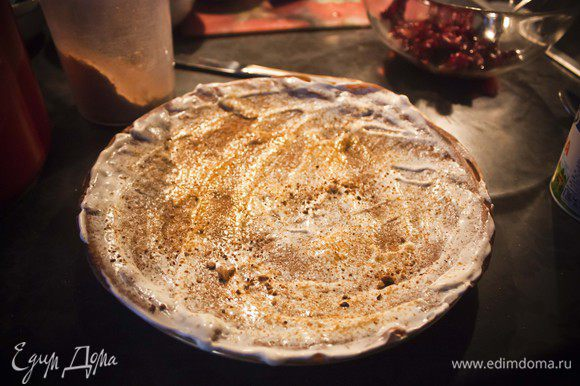 Смазываем блин сметаной и посыпаем сверху смесью из орехов, кофе и сахара.