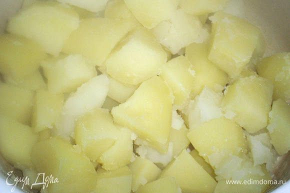Картофель почистить, порезать на кусочки и отварить в соленой воде.