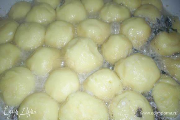 В сковороду с кипящим соусом выкладываем подготовленные ньокки (признаюсь честно, этап варки я сознательно пропустила, потому как мне было очень лень варить ньокки, и в сковороду я выложила сырые шарики), выкладываем их достаточно плотно, в один слой. Когда соус вновь закипит, накрываем сковороду крышкой, уменьшаем огонь, чтоб жидкость еле кипела, и тушим 15 минут (если вы предварительно отварите ньокки, то достаточно будет и 5 минут). К концу приготовления жидкость почти вся впитается в ньокки.