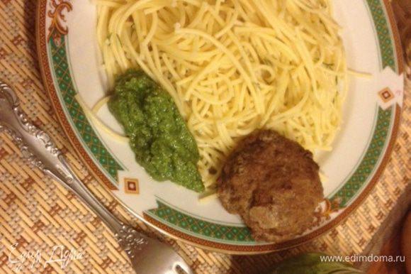 Соус очень подходит к любым макаронным изделиям, вкусен на тостах, с мясом и рыбой. Приятного аппетита!