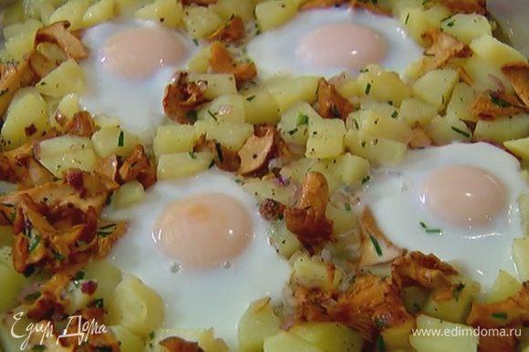 Отправить картофель с грибами и яйцами в духовку еще на 7–10 минут, чтобы яйца запеклись, а картофель зазолотился.