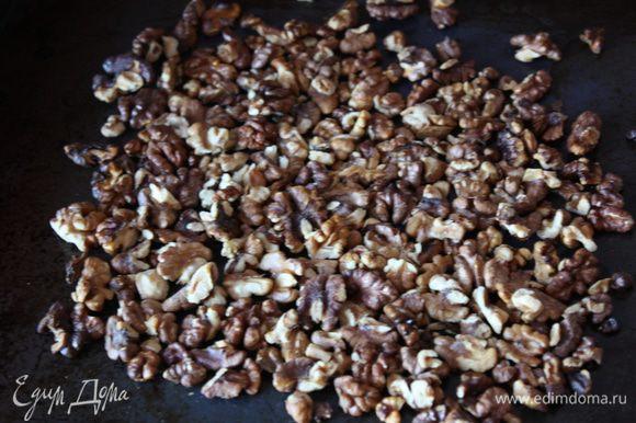 Сначала подготовим орехи. Обжарим их на сухой сковороде или в разогретой духовке при 160 градусах примерно 7-10 минут. Сразу же смешаем с маслом и солью и уберем остывать, можно поставить в морозилку. После этого порубим.
