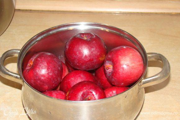 Сочные кисло-сладкие яблоки очистить, вырезать сердцевинки, нарезать кубиками.