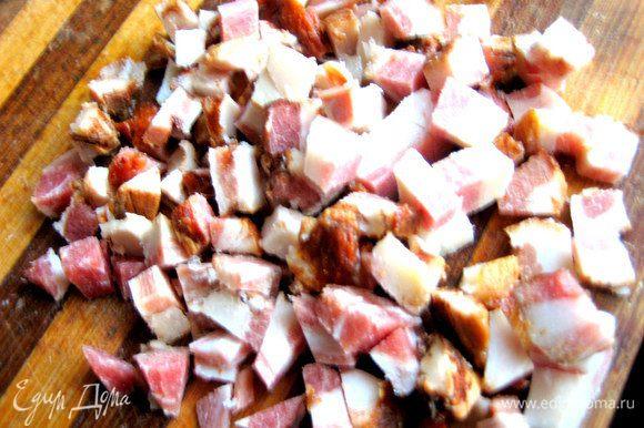 Нарезаем мясо на кубики...