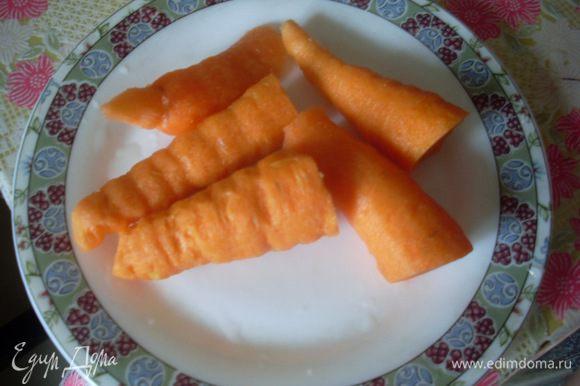 Морковку помыть и почистить.