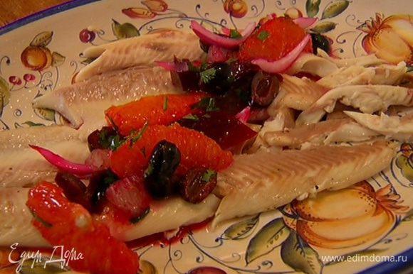 Выложить на тарелку филе форели, а сверху овощной соус и подавать.