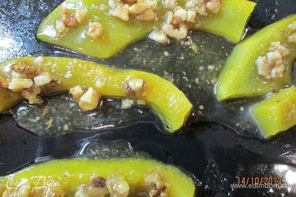 С тыквы снять фольгу, полить ее ореховой смесью. Поставить противень с тыквой в духовку уже без фольги еще на 10 мин. Полезный десерт готов! Подавать с мятой.