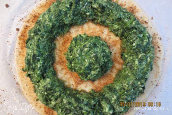 Затем выложить на поверхность лепешки начинку так, как показано на фото, сделать ободок и внутри шарик.