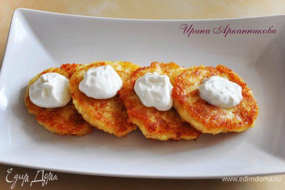 Картофель размять, добавить слив. масло и молоко. Посолить, добавить яйца и тертый сыр. Загустить мукой.