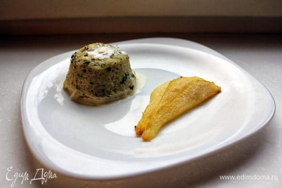 Подавайте суфле с карамелизованными грушами.