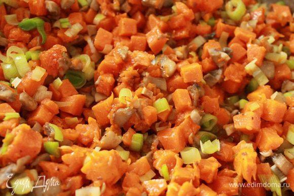 Обжарить в сковороде с растительным маслом на небольшом огне сначала грибы до испарения выделившейся жидкости, добавить тыкву и помешивая, обжарить до мягкости тыквы (кусочки тыквы должны быть мягкими, но оставаться целыми), добавить лук-порей, соль, молотый перец,измельченный чеснок, прогреть 1 минуту, выключить огонь, остудить. Делим примерно пополам, одна часть будет начинкой, а из другой приготовим соус.