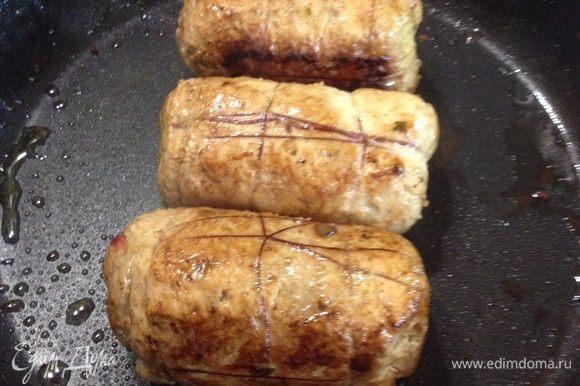 Подготовленные рулетики обжариваем со всех сторон на заранее разо гретой сковороде.
