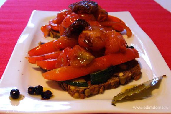 Выкладываем овощи слоями на тёплый хлеб (я подсушивала в тостере). Первым слоем цукини, вторым перец, сверху помидорки черри и вяленые томаты. Приятного аппетита!