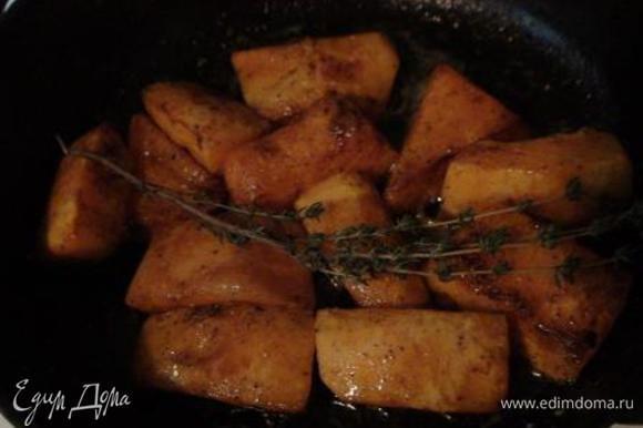 Обжарить тыкву на сливочном масле со всех сторон до золотистой корочки. Посолить (не бойтесь – солите смело), поперчить, добавить тимьян и тушить под крышкой на медленном огне 15 мин.