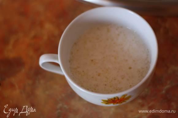 Желатин заливаем оставшимся молоком и оставляем на 10-15 минут.