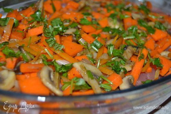 Духовку разогреть до 180 гр/ В форму для запекания выложить мясо и овощи с грибами. Посыпать рубленой кинзой.