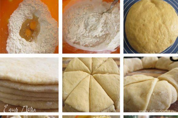 Молоко слегка нагреть, добавить дрожжи, сахар, воду, просеять 2 столовые ложки муки, оставить подняться. Муку просеять, добавить соль, яйца,уксус, масло и опару. Замесить тесто, накрыть и поставить в теплое место на минимум на 1 час. Разделить тесто на 5 одинаковых частей. Раскатать лепешки диаметром 20 сантиметров Сложить лепешки стопкой, одну на другую. Острым ножом сделать 8 надрезов от центра к краю. Полученные треугольники теста поочередно закрутить наружу. Яблоко разрезать на тонкие дольки и выложить между разрезами. Взбить яичный желток и с помощью силиконовой кисточки смазать кольцо.Оставить на 15 минут. Поверхность кольца посыпать сахаром и маком. Выпекать при температуре 185 градусов примерно 30-35 минут.