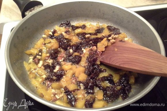 На сковороду наливаю масло, кладу тыкву, тушу 15 мин периодически помешивая. Затем добавляю чернослив, сахар, орехи, мускатный орех и имбирь, перемешиваю. Настаиваю 5 мин.