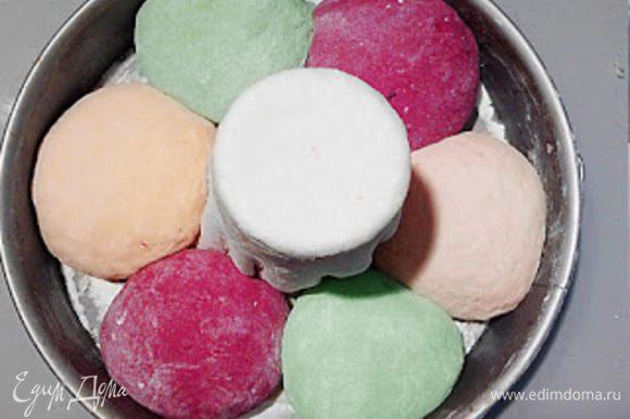 Из цветного теста сформировать 6 шаров и положить в форму вокруг стакана, чередуя цвет.
