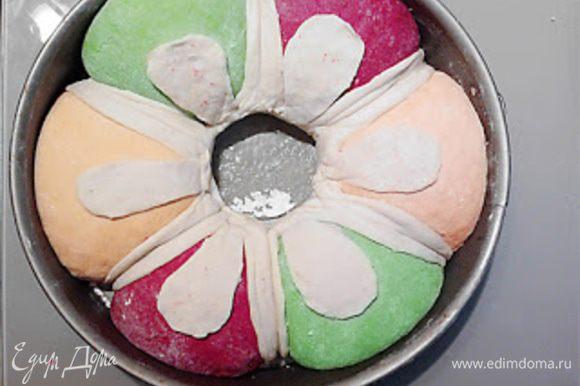 Аккуратно разрезаем белое тесто и расправляя его закрываем швы между колобками. Убираем стакан.