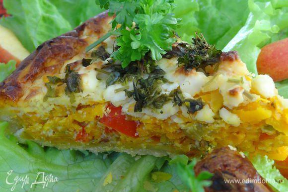 Выпекать пирог при температуре 200 °C 30-40 мин. пока поверхность пирога красиво не подрумянится. Подать на листьях салата.