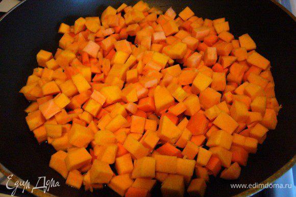 Обжариваем на растительном масле для жарки (у меня подсолнечное) – обязательно на медленном огне! Нужно, чтобы овощи проготовились, но остались натурального цвета.