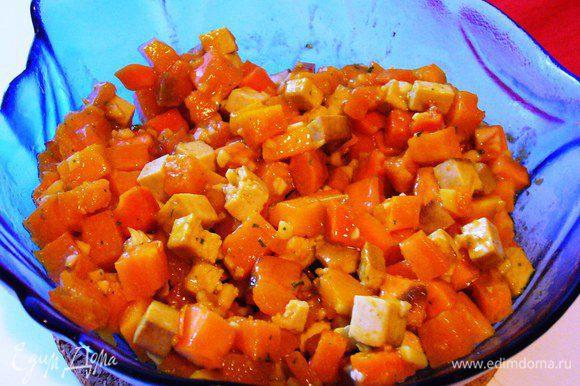 Когда овощи готовы, перекладываем их в блюдо или миску, в котором будем подавать. Даём слегка остыть. Тёплым поливаем заправкой, аккуратно перемешиваем, чтобы нечаянно не превратить овощи в пюре (батат в этом отношении значительно коварней картошки), даём немного пропитаться.