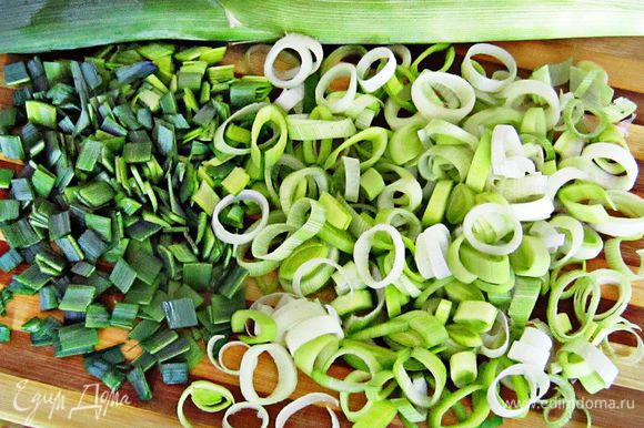 Порезать белую и зелёную части лука - порея.