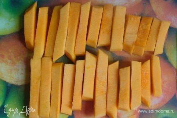 Тыкву очистить от кожуры и семян, нарезать на небольшие палочки.