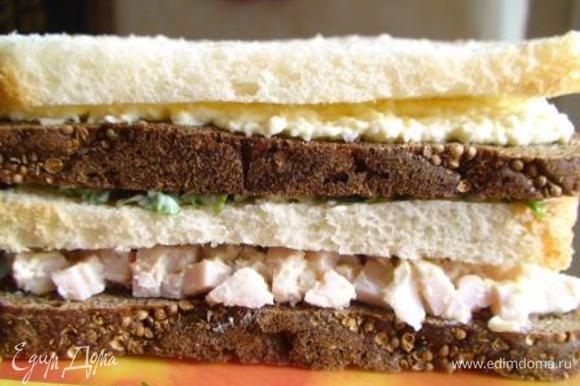 Собрать 2 «тортика» в следующем порядке: черный хлеб с окороком, на него белый с зеленью, выше черный с яйцом, сверху накрыть белым хлебом и смазать майонезом.