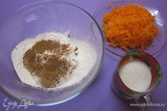 В муку добавить разрыхлитель, корицу и щепотку соли.