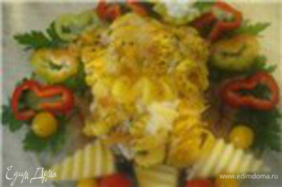 Украшаем тарелочку в середину выкладываем нашу чудо-запеканку, подаём со сливочно - сырным соусом