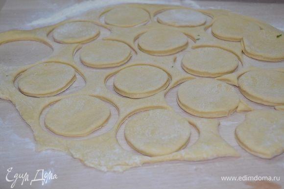 Подросшее тесто обминаем, берем часть и раскатываем до толщины 0,5 см. Вырезаем из теста кружки.