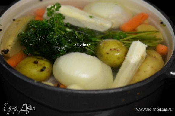 Ножки куриные и все овощи сложим в кастрюлю, залить водой и поставить на огонь средний примерно на 1 час. Накипь в конце часа снимаем ложкой. 1 кг или 6 куриных ножек с кожицей, 5 ломтиков свеж.имбиря, 10-15 горошин черного перца, пучок свежей петрушки или кинзы, 1 большая луковица, порезать на пополам, 2 большие моркови, очистить и порезать крупно, 2 больших картофеля, очистить и на пополам порезать, 1 корень сельдерея или пастернак, очистить, 2 дольки чеснока, очистить, 2 ч.л морская соль, 6 стак. воды.