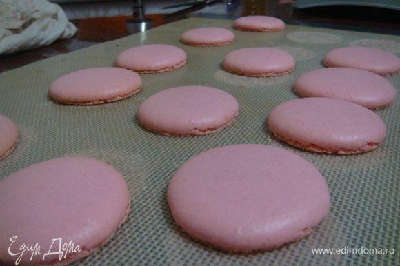 Готовые пирожные/печенья остудить, промазать начинками.