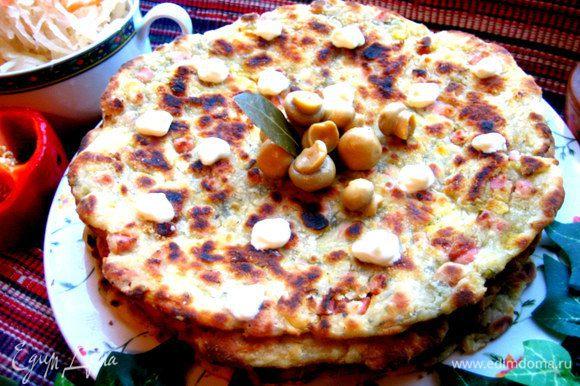 А можно нажарить в сковороде вот такие лепёшки! Подробный рецепт здесь: http://www.edimdoma.ru/retsepty/59652-syrno-tykvennye-lepeshki-s-kolbasoy-i-zelenyu