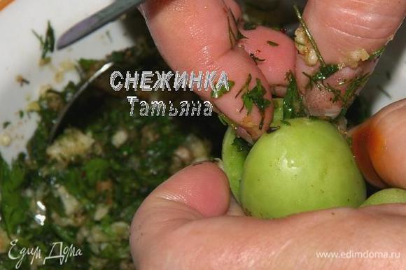 Зелёные помидоры моем. Каждый помидор надрезаем вдоль, но не до конца, делаем такой кармашек, в который кладём немного начинки.