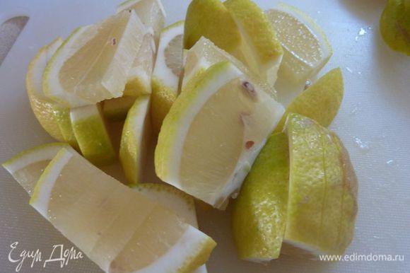 Вымыть лимоны и разрезать их пополам, а затем на ломтики пол сантиметра толщиной.