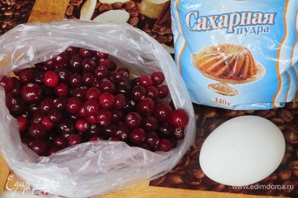 Ягоды нужно перебрать, промыть, обсушить и выбрать самые крепкие. Яичный белок слегка взбейте в миске и поместите туда клюкву. Затем порциями откидывайте ягоды на дуршлаг, чтобы стекло лишнее. На плоское блюдо насыпьте сахарной пудры и этими небольшими порциями выкладывайте клюкву. Облепите ягоды сахарной пудрой примерно так же как как катали бы снежки, только не ладонью, а пальчиками. По мере необходимости добавляете ещё сахарной пудры. Затем нужно высушить клюкву в сахаре либо в духовке при 50 градусах (но я так не пробовала...), при комнатной температуре или в электросушилке. У меня электросушилка, так примерно 30-45 минут хватило. Хранить можно в банках или коробках. Приятного чаепития!