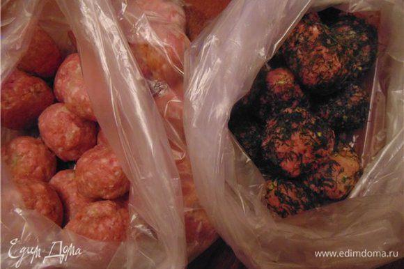 После того как фрикадельки замерзли перекладываем их в пакеты и храним в морозилке.