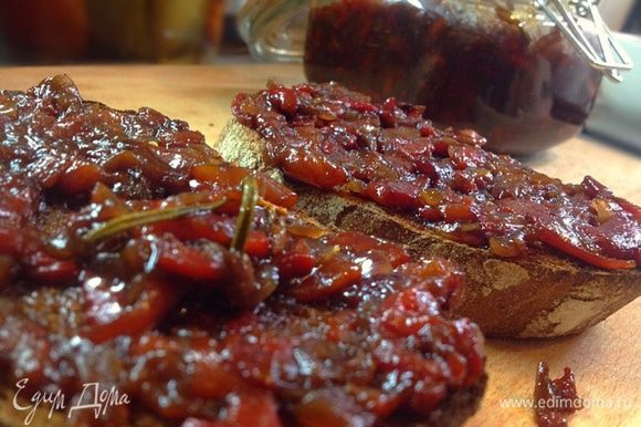 Поджаренный хлеб выкладываем на блюдо и начинаем творить: десеертной ложкой выкладываем поверх гренки приправу Чатни.