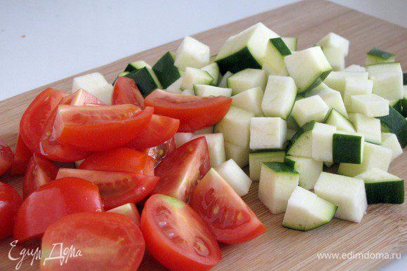 Цукини нарезать кубиками около 1х1 см, помидоры черри половинками.