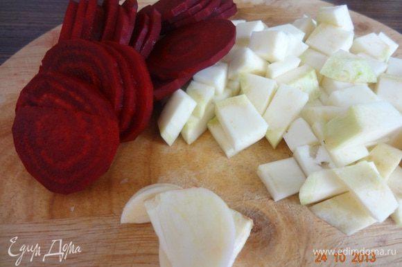 Овощи остальные очистить, свеклу порезать тонкими пластинками, сельдерей мелким кубиком.