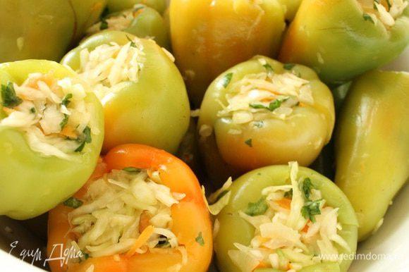 В кастрюле вскипятить воду и бланшировать подготовленный болгарский перец 2 минуты. Достать перец из кипятка и обдать холодной водой. Каждый перец плотно нафаршировать приготовленной овощной смесью.