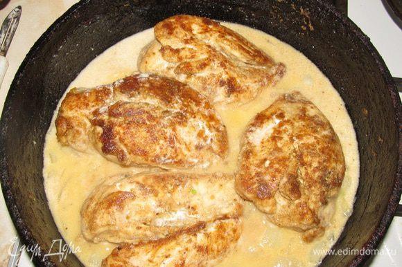 Как только вторая сторона курицы обжарится до корочки добавляем 1 ч. л. горчицы в зернах, чеснок, вино и сливки. Уменьшаем огонь, накрываем крышкой.