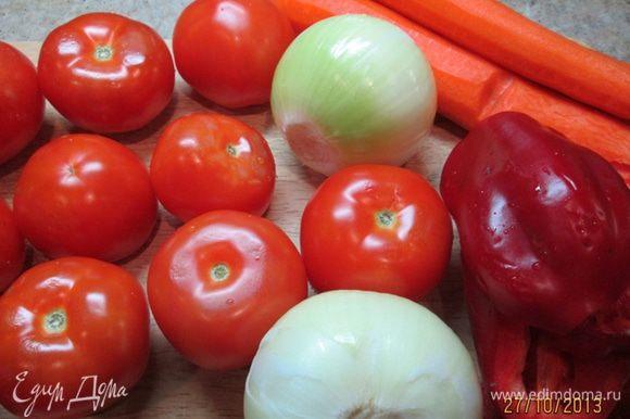 Подготовить овощи. Перец взвесить после того, как очистите от зерен.