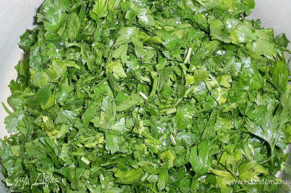 Измельчаем помытую зелень петрушки.