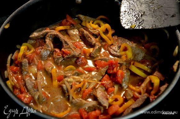Добавить говядину кусочками,например как сирлоин стейк, и обжаривать вместе до готовности мяса, помешиваем часто. Затем добавим готовую сальсу, помидоры порезанные из банки,все перемешаем и тушим вместе несколько минут.