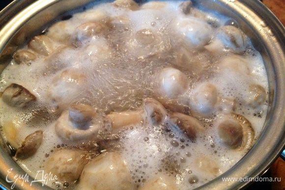 Отварить в течении 5 минут в чуть подсоленной воде. Потом грибы откинуть на дуршлаг.