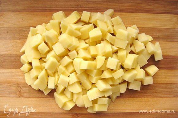 Картофель очистить и нарезать кубиком некрупно.
